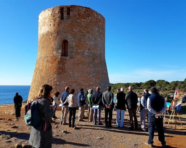 Cala Pi la torre restaurada con visitantes