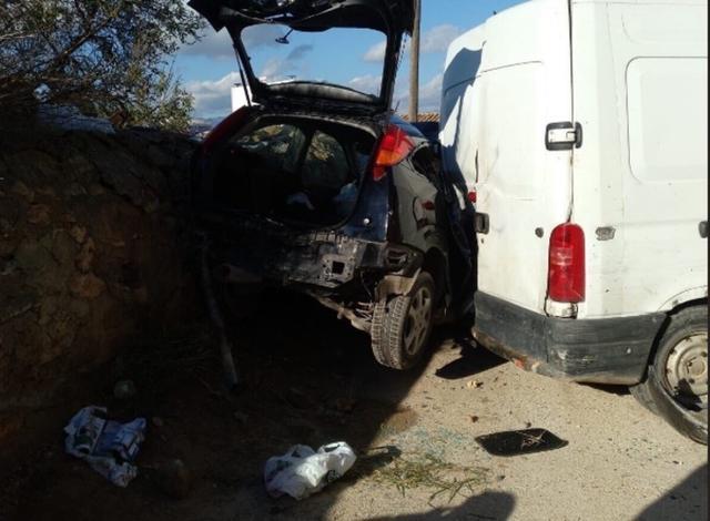 El coche además de impactar contra la furgoneta, se ha empotrado contra un muro (Foto: Bomberos de Palma)