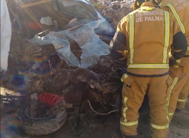 Tras el accidente el coche siniestrado ha quedado reducido a un amasijo de hierros (Foto: Bomberos de Palma)