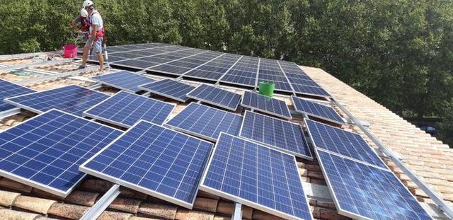 Este año se han instalado placas fotovoltaicas en el colegio (Foto: Aj Esporles)