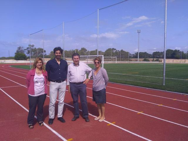 En Ses Ramones, se ha implantado césped artificial en el campo de fútbol y se ha habilitado una pista de atletismo