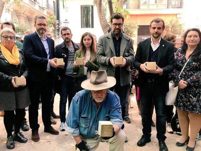 El artista alemán Gunter Demnig y las autoridades durante el acto de esta mañana