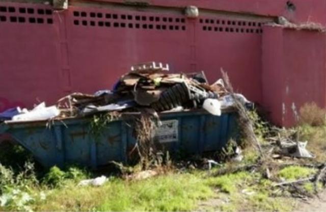 Un punto verde lleno de escombros y basura, denuncian los vecinos de s'Arenal