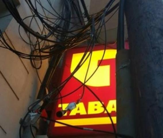 Estado de una de las calles de s'Arenal con múltiples cables sueltos