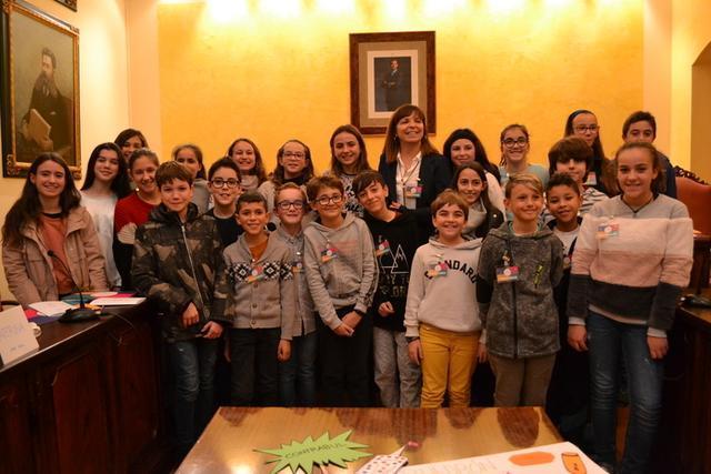 La alcaldesa Catalina Riera rodeada por los niños y niñas que forman el Consell (Foto: Ayto Manacor)