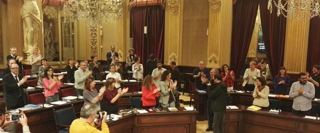 francina armengol aplaudiendo porque el pleno ha aprobado los presupuestos
