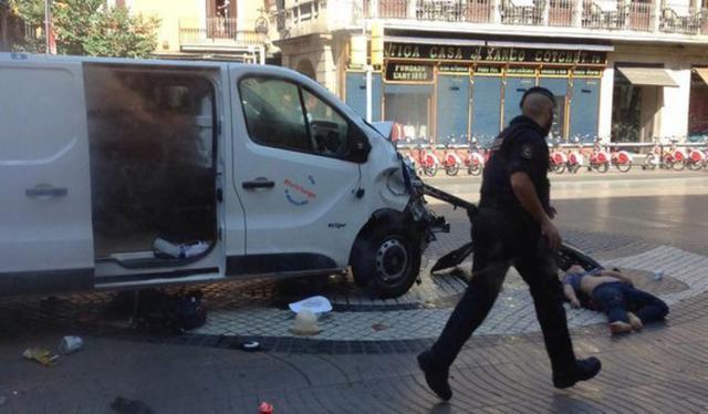 En la imagen la furgoneta que causó las muertes el 17 de agosto en Las Ramblas