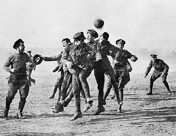 Alemanes y británicos cambiaron las armas por el balón