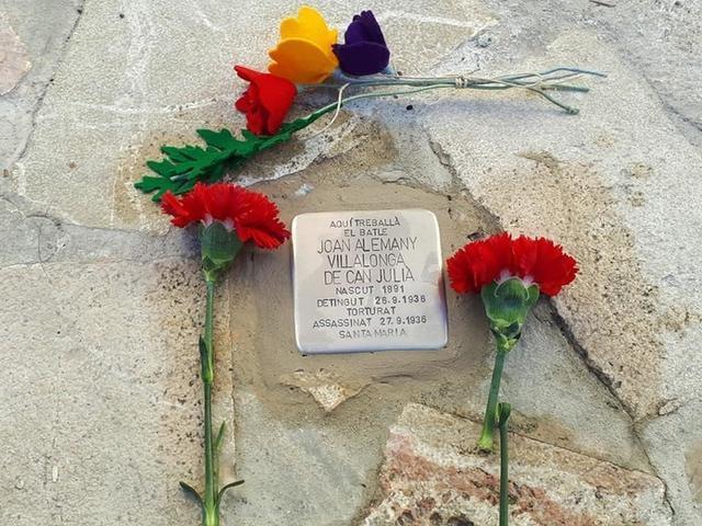Este mes de diciembre se colocó la piedra de la memoria dedicada al alcalde asesinado Joan Alemany Villalonga delante del Ajuntament