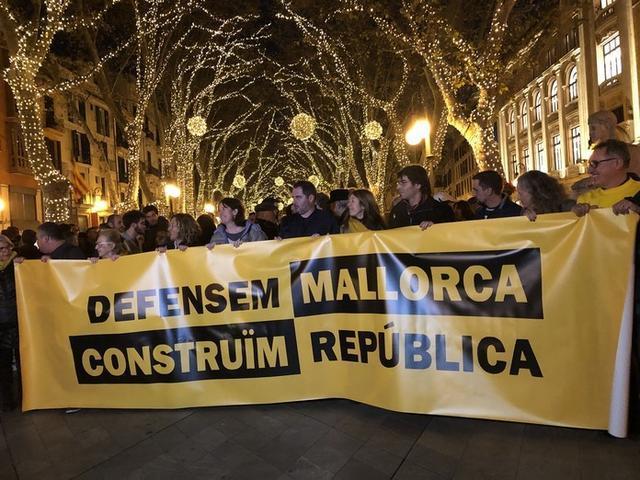 La manifestación ha sido organizada por la plataforma 31-D junto al la Unitat Popular (BUP), bajo el lema 'Defensam Mallorca, construïm república'