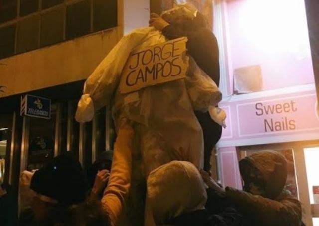 En la imagen el muñeco ahorcado que Arran llamó Jorge Campos en la manifestación (Foto: Facebook)