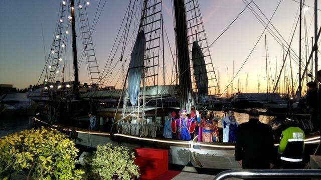 Cabalgata llegan en barco los reyes al muelle de Palma