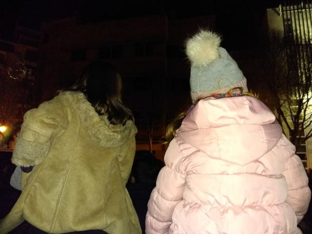 Unas niñas a hombros de sus padres para ver la Cabalgata de Palma (Foto: María Jesús Almendáriz)