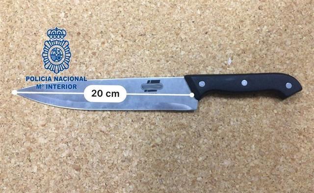 Los agentes localizaron el cuchillo en el interior del vehículo en el que iban los arrestados (Foto: CNP)