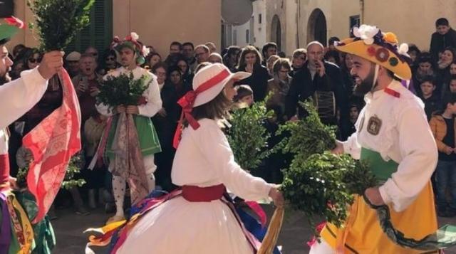 Los Cossiers bailan el tradicional baile a ritmo de fabliolers y el xeremiers.