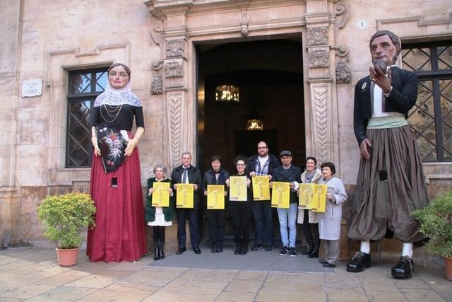 Las autoridades posando con el cartel a las puertas de Cort (Foto: Ayto Palma)