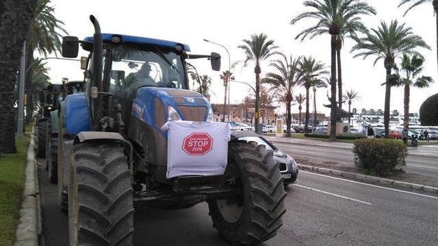 Uno de los tractores concentrados frente al Consolat (Foto: Europa Press)