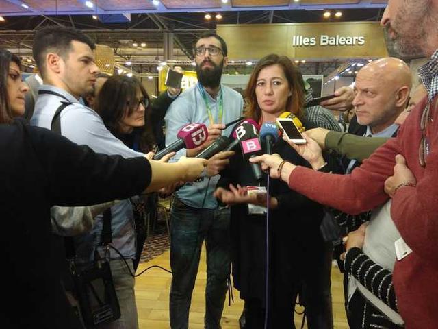 La presidenta del Govern de Baleares, Francina Armengol, atendiendo a los medios (Foto: MJ Almendáriz)