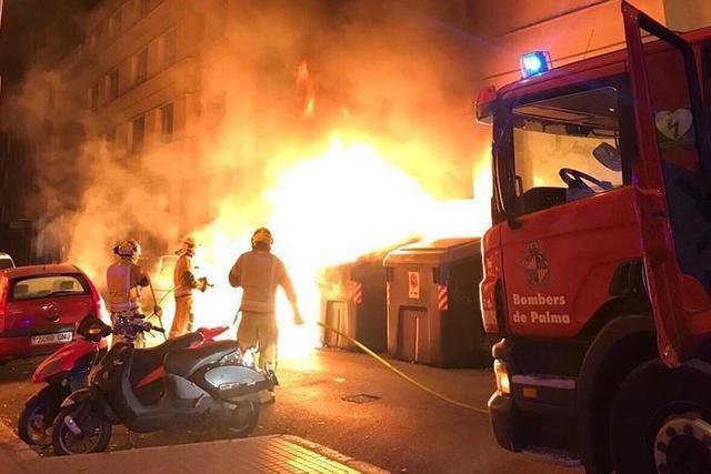 En poco más de un año han ardido en Palma más de 330 contenedores (Foto: Bombers)