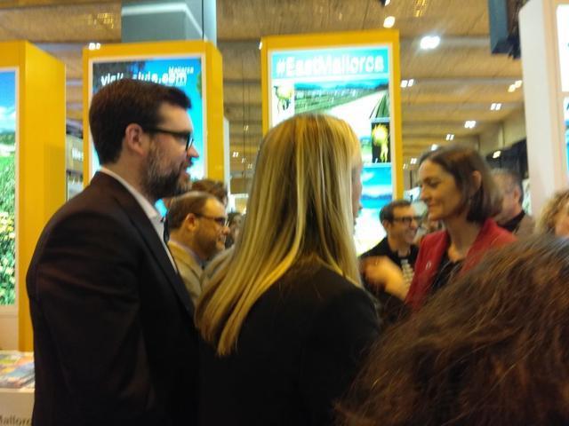 Antoni Noguera con la ministra de Industria y Turismo en Fitur (Foto: María Jesús Almendáriz)