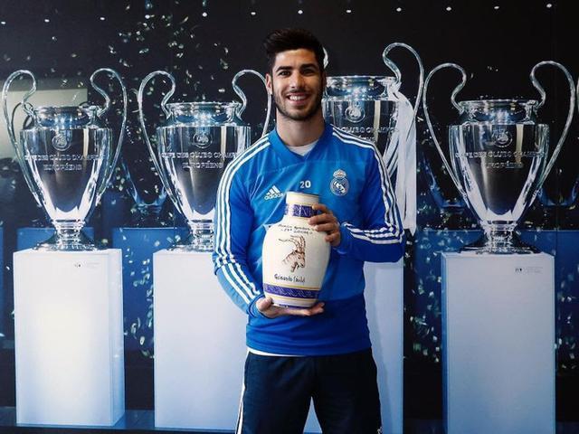 El calvianer posando con el galardón en las instalaciones del estadio Santiago Bernabéu, en concreto en la sala 'Reyes de Europa'