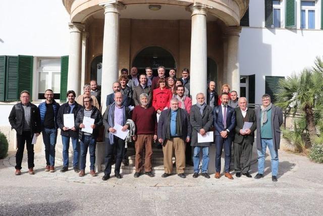 Foto familiar de los alcaldes de los ayuntamientos adheridos al Pacto contra el Cambio climático