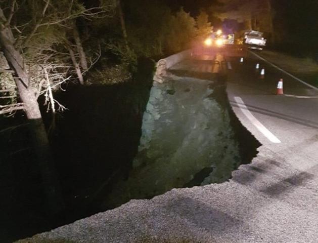 En la imagen, un tramo de la carretera literalmente se vino abajo (Foto: Ayto Escorca)