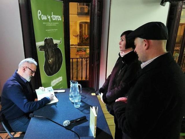 El también portavoz y subdirector del Observatorio Justicia y Defensa Animal firmando ejemplares en Madrid
