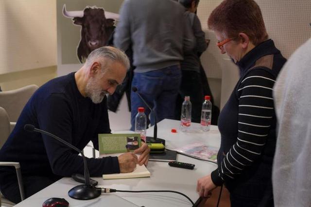 El escritor gallego firmando autografos en Sevilla