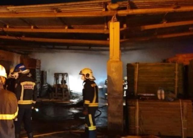 Los bomberos han tenido que utilizar una mini excavadora para retirar la madera del almacén (Foto: Facebook Montuiri)