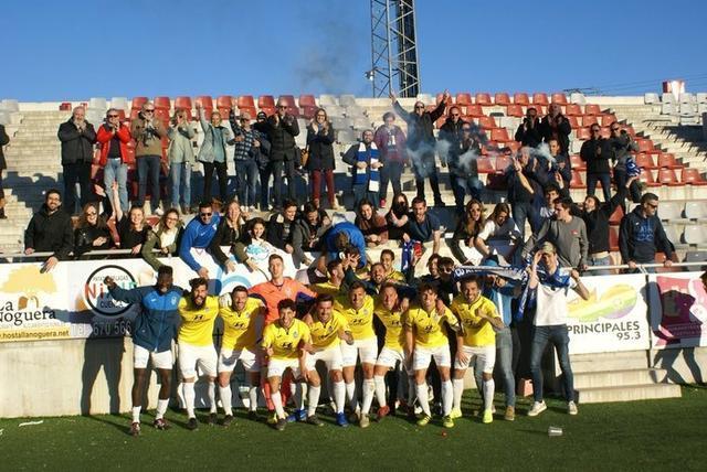 Los jugadores balearicos celebrando la victoria junto a los aficionados desplazados a Cuenca (Foto: Twitter)