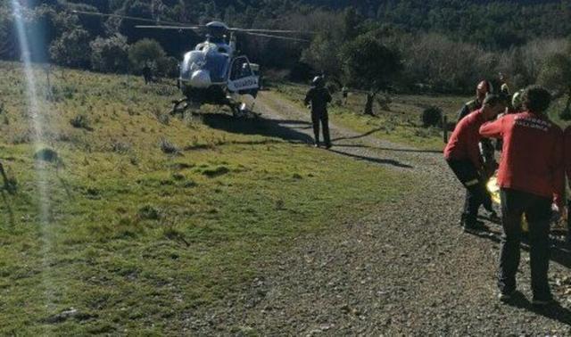Un helicóptero de la Guardia Civil ha trasladado a la mujer a Son Espases (Foto: Bombers de Mallorca)