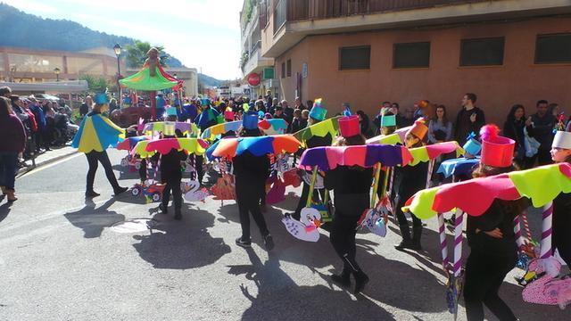 Las comparsas llenan las calles de color (Foto: Ayto Andratx)