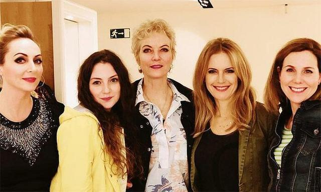 Kelly Preston junto a sus compañeras de reparto (Foto: Instagram)