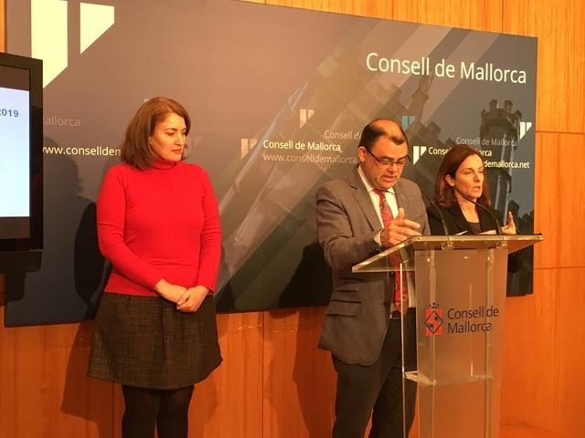 El conseller de Economía y Hacienda, Cosme Bonet, y la directora insular de Turismo, Paula Ginard