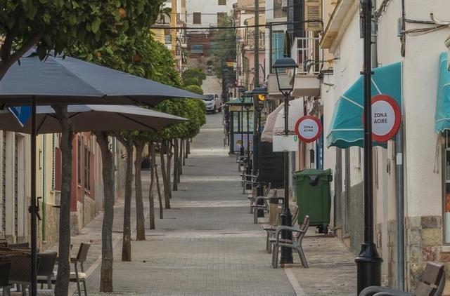Las calles Constitución y Baltasar Porcel configuran con la Plaza de España el principal eje comercial del núcleo poblacional de Andratx