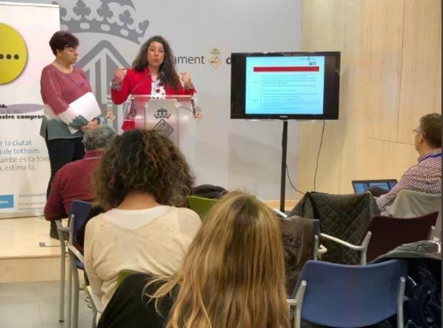 La concejala Angélica Pastor explicando las nuevas multas contra el incivismo en la Playa de Palma (Foto: Ayto Palma)