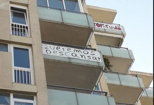 Las pancartas en los balcones de los vecinos que piden descansar y poder dormir