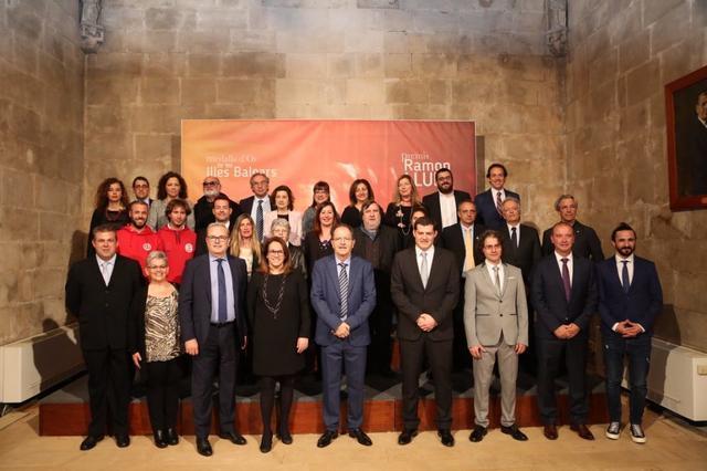 Armengol junto a los premiados y diferentes autoridades (Foto: Govern)