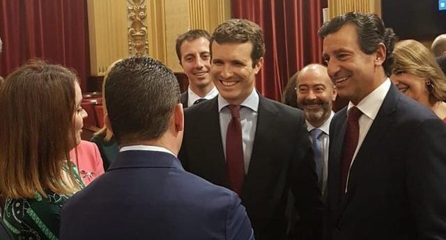 Casado, junto a los líderes populares baleares, durante su visita de esta mañana al Parlament