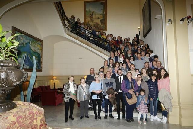 Un grupo de ciudadanos posando durante su visita (Foto: Parlament)