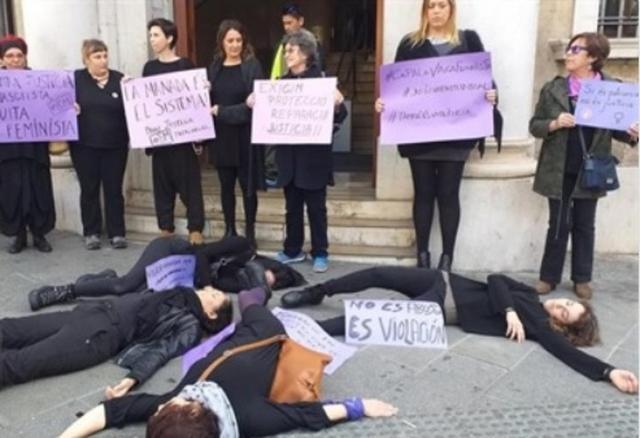 Una grupo de feministas escenifican en los juzgados la situación de las víctimas de violencia (Foto: Europa Press)
