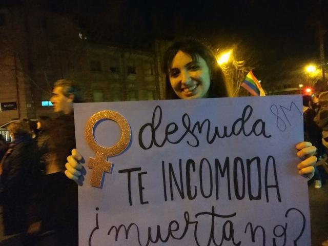 Un joven con colores rosas y morados en la manifestación del 8-M de Palma (Foto: María Jesús Almendáriz)