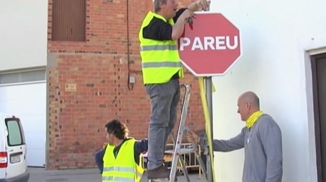Momento en el que el alcalde de Torrelameu (1º dcha) cambia la señal de Stop por la de Pareu