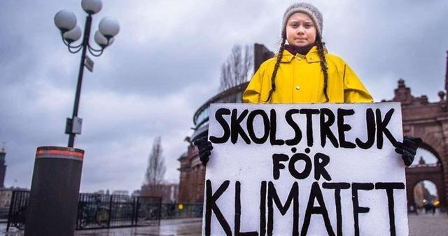 La joven protestando frente al parlamento de Suecia (Foto: Twitter)