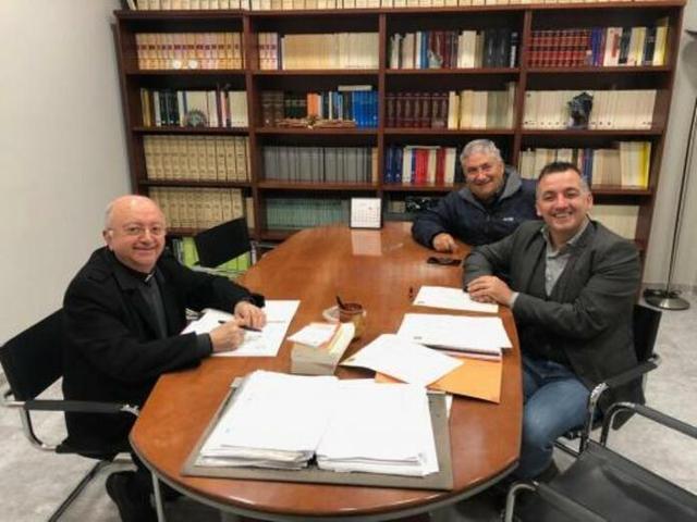 Antoni Burguera, Joan Carles Verd y Miquel Fiol durante la firma de la venta (Foto: Ayto Sencelles)