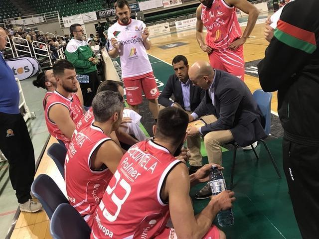 Alonso dando instrucciones a sus jugadores (Foto: Iberojet Palma)