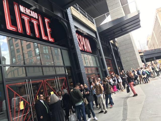 Espectacular cola de neoyorkinos y turistas antes de la apertura del nuevo restaurante (Foto: Twitter José Ángel Abad)