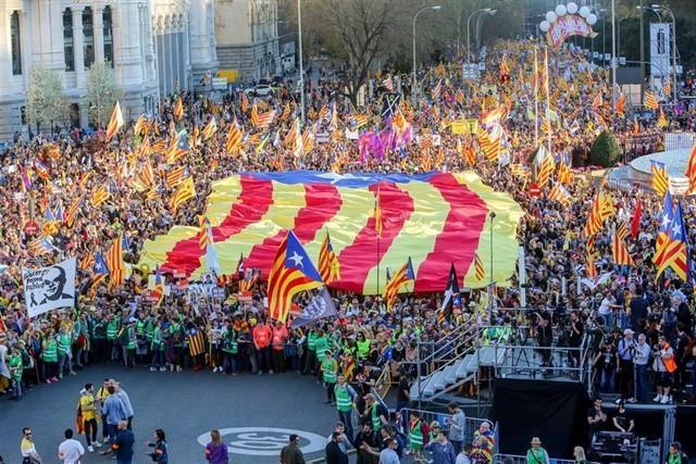 Las esteladas han invadido esta tarde la capital del estado español (Foto: EP)