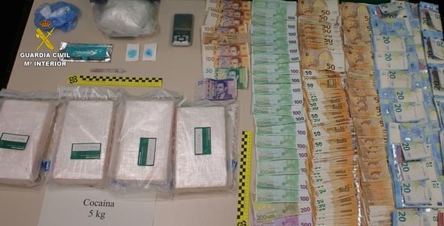 Además de droga, los agentes intervinieron 22.000 euros (Foto: Guardia Civil)